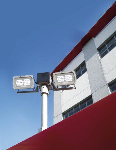 Mât télescopique sur véhicule avec projecteurs FIRECOLED