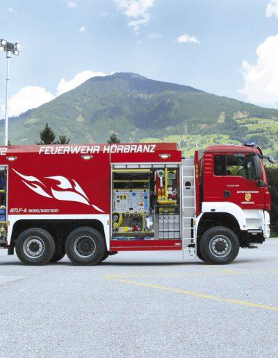 Camion anti-incendie équipé d'un mât d'éclairage