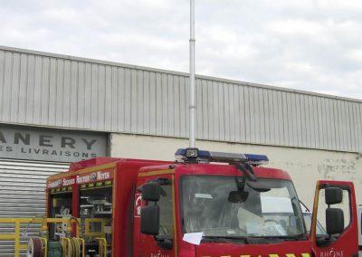 Lumicone en tête de mât sur véhicule pompier