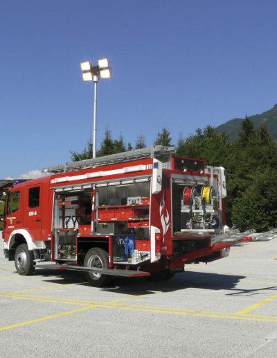Mât avec rampe d'éclairage sur camion pompier