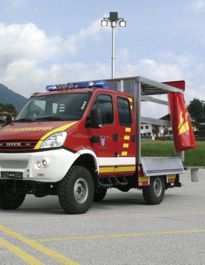 Mât d'éclairage sur véhicule pompier