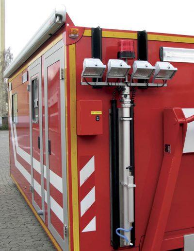 Mât télescopique pneumatique sur véhicule pompier avec projecteur et gyrophare
