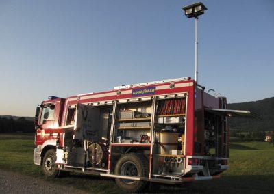Mât d'éclairage et multiple projecteurs sur véhicule incendie