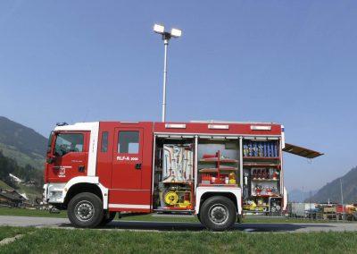 Véhicule anti-incendie avec mât d'éclairage