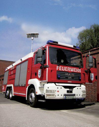 Mât d'éclairage intégré sur véhicule pompier