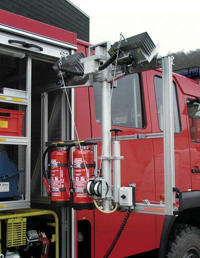 Mât pneumatique avec projecteurs pour intervention pompier