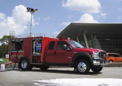 Mât sur véhicule intervention avec double fonction d'éclairage et de surveillance
