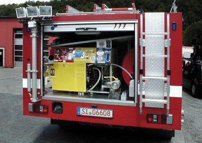 Mât pneumatique derrière véhicule incendie avec projecteurs en tête de mât
