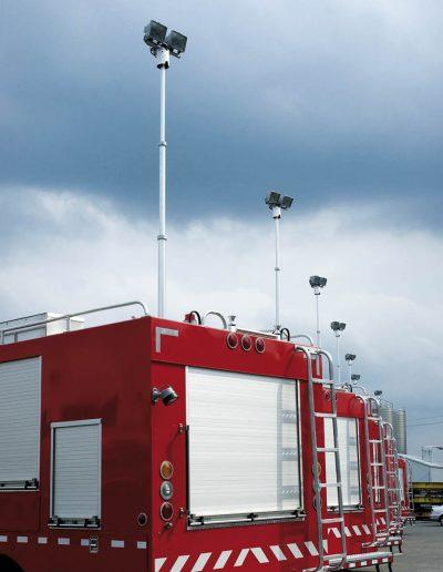 Mâts télescopiques sur véhicules incendie avec rampe de projecteurs