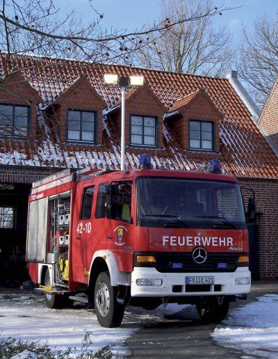 Mât sur véhicule pompier avec rampe d'éclairage
