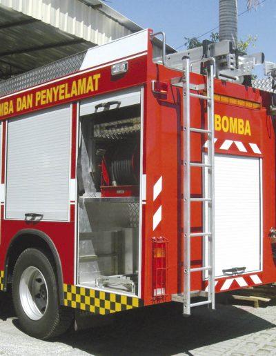 Mât télescopique sur véhicule pompier