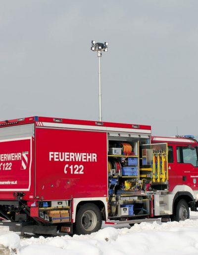 Mât pour véhicule d'intervention pompier avec rampe d'éclairage
