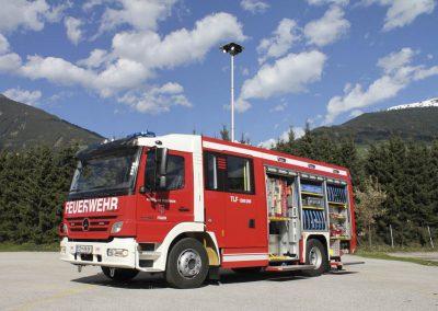 Camion pompier avec éclairage en tête de mât