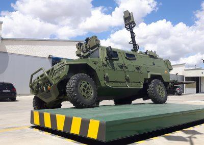 Mât de surveillance sur véhicule militaire