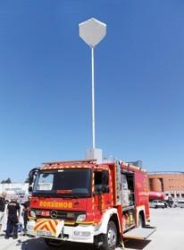 Mât télescopique sur véhicule pompier avec ballon Lumicone éclairant en tête
