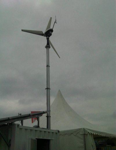Mât avec éolienne pour usage environnemental