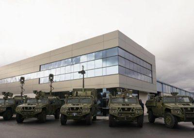 Véhicules militaires avec mâts pour la photographie