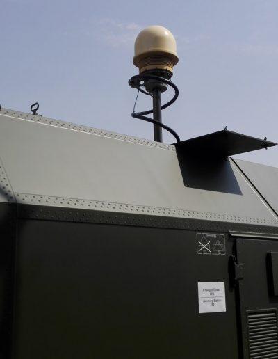 Mât sur container militaire avec système de surveillance