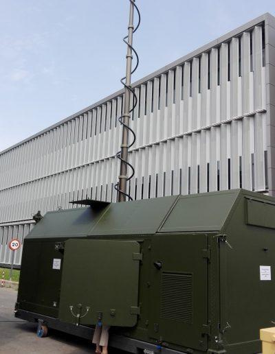 Mât avec radar pour application militaire