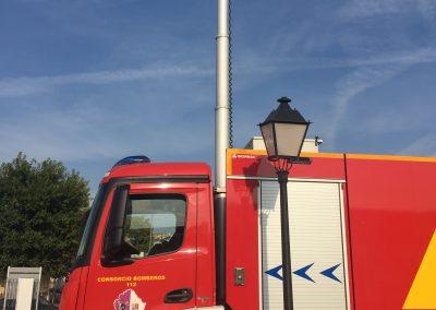Camion pompier avec mat d'extinction feu Aquamast