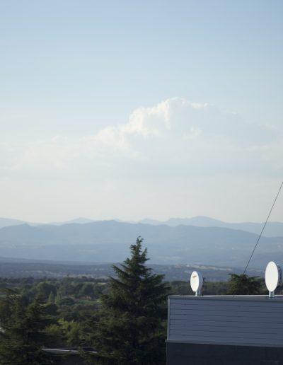 Mât haubané pour communication avec antenne