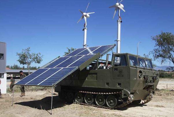 Mâts télescopique pneumatiques sur char alimenté par panneaux solaires