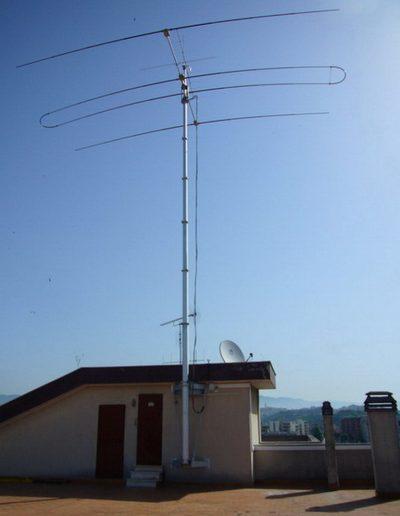 antenne radio et mât télescopique sur toit déployé