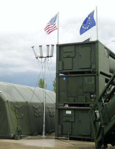 Trepied soutien de mât dans camp militaire