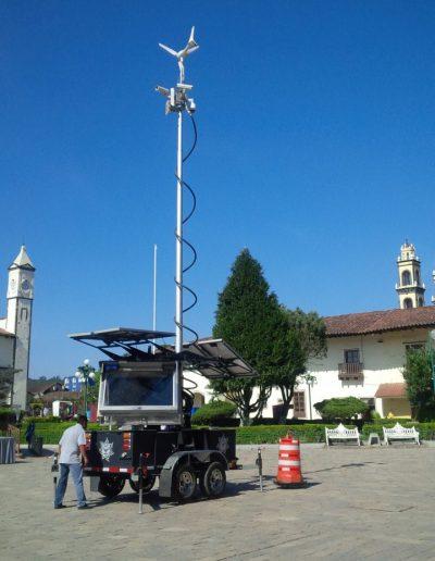 Mât de surveillance sur remorque solaire