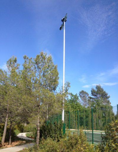 2 projecteurs 1000W sur mât pour terrain de tennis