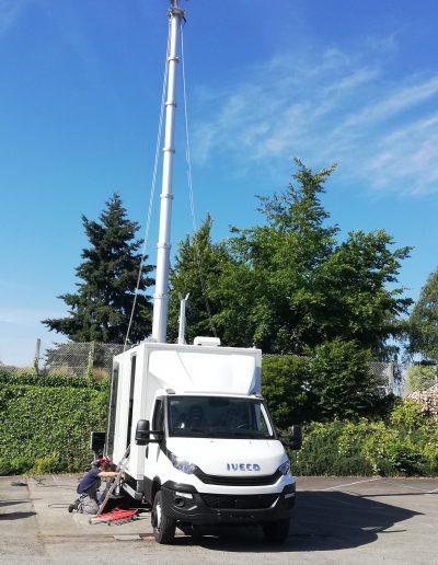 Mast télescopique avec antenne télécommunication mobile
