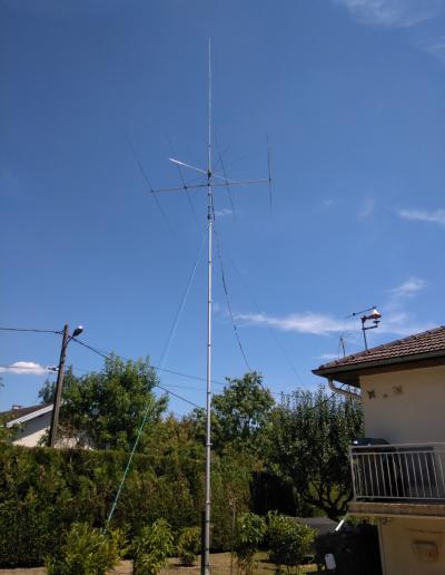 Mât télescopique équipé d'antenne