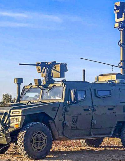 Véhicule militaire tactique avec mâts télécopiques antennes radar, brouilleurs pointeurs caméras positionneurs